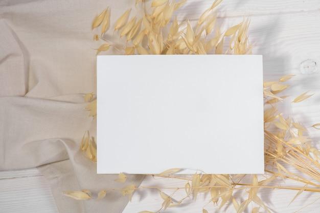 Maquette de carte blanche avec plante sèche, carte de saint valentin style zéro déchet