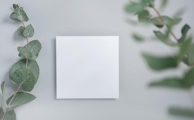 Maquette de carte d'invitation carrée avec une branche d'eucalyptus