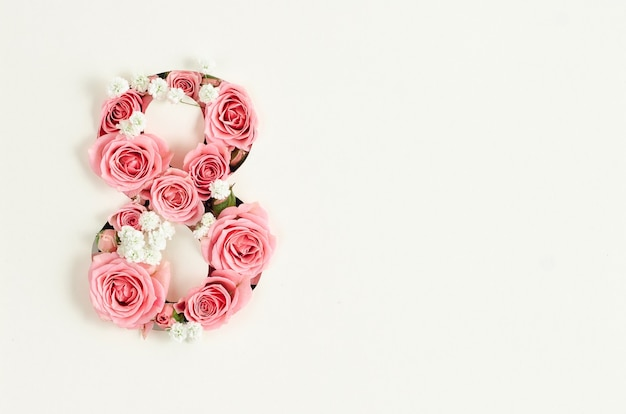 Maquette de carte de jour de la femme heureuse avec huit roses