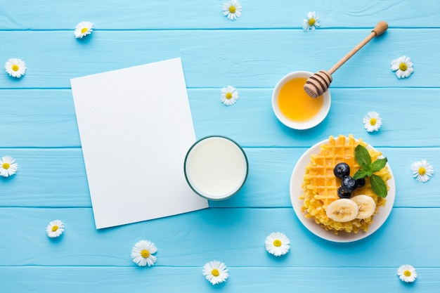 Maquette de carte de papier plat poser sur la table du petit déjeuner