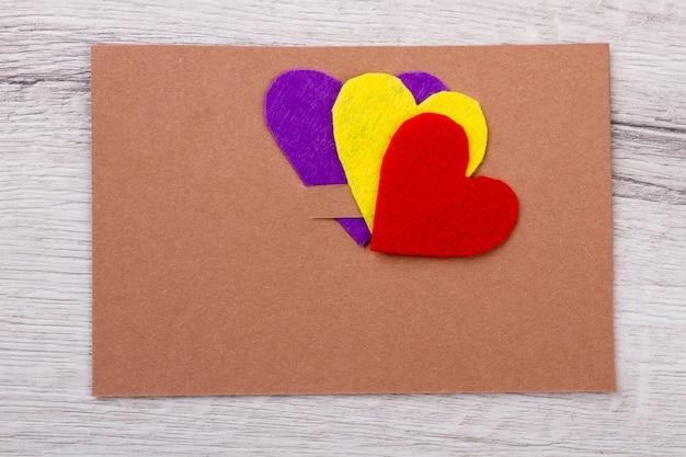 Maquette de carte de voeux. coeurs sur le dessus de la carte. exemples de félicitations papier. envoyez de l'amour et des salutations.