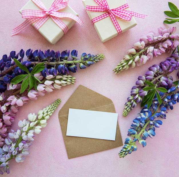 Maquette carte de voeux avec des fleurs de lupin