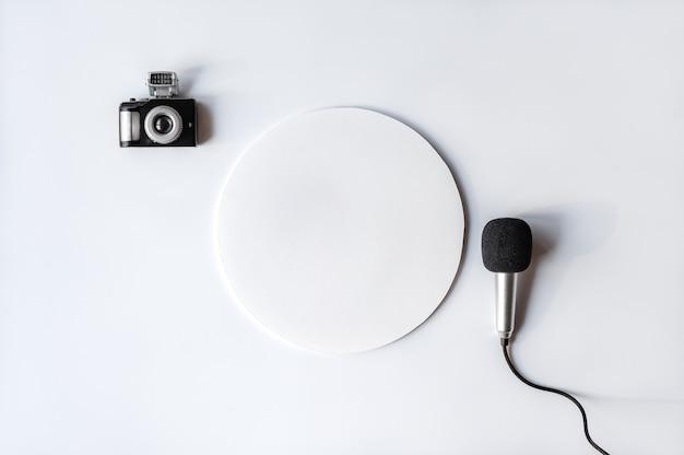Maquette de carte de voeux avec microphone et appareil photo sur fond blanc journée mondiale de la liberté de la presse