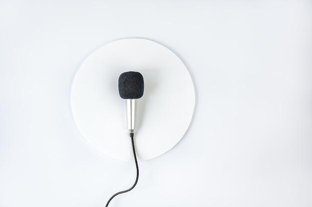 Maquette de carte de voeux avec microphone sur fond blanc. modèle de carte vierge pour la journée mondiale de la liberté de la presse.