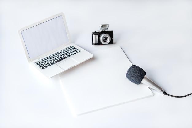 Maquette de carte de voeux avec stylo plume sur fond blanc modèle pour la journée mondiale de la liberté de la presse