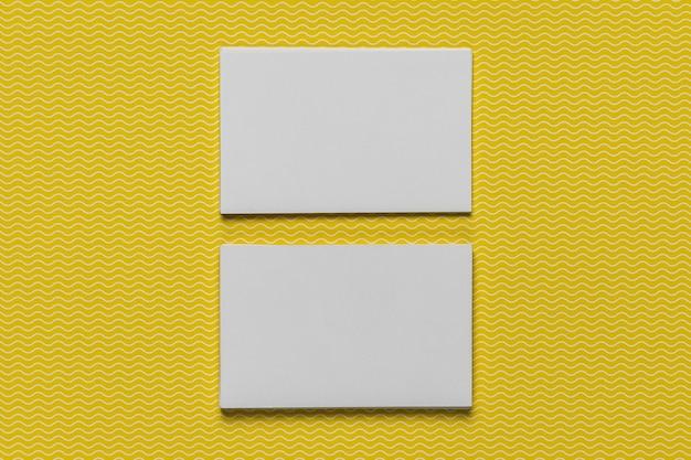Maquette de cartes sur fond jaune