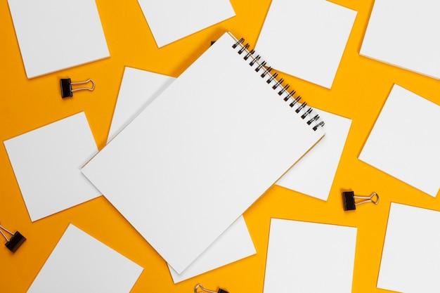 Maquette . cartes papiers sur jaune. vue de dessus, mise à plat, fond