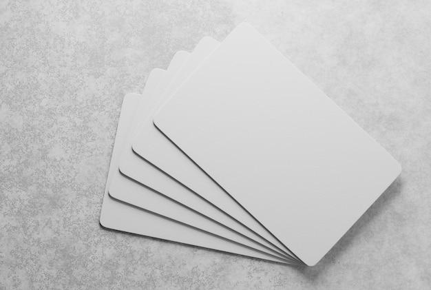 Une maquette de cartes de visite en papier empilées au hasard. rendu 3d.