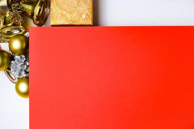 Maquette de carton rouge avec des décorations du nouvel an