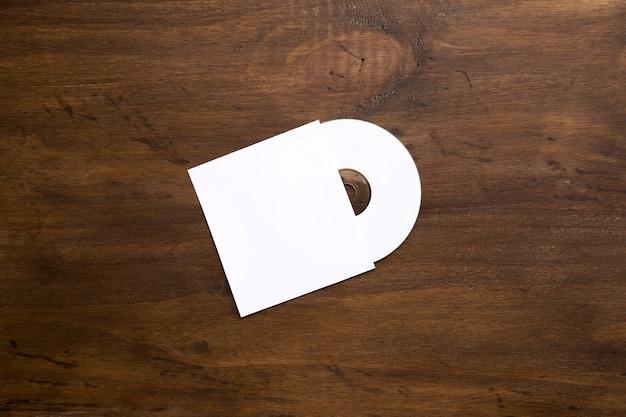 Maquette de cd vierge sur la texture en bois