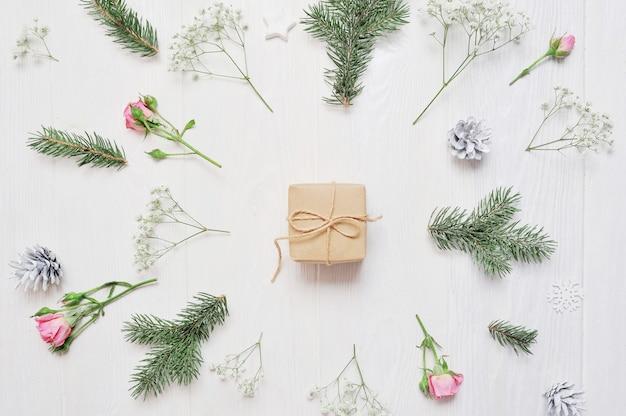 Maquette composition de noël. cadeau de noël, fleurs, pommes de pin