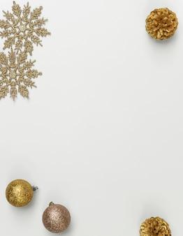 Maquette de composition de noël avec des décorations et des flocons de neige avec des confettis étoiles sur blanc. hiver, . mise à plat, vue de dessus, fond.