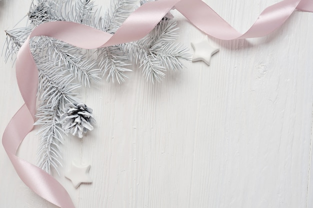 Maquette cône d'arbre de noël et ruban rose, flatlay sur un blanc