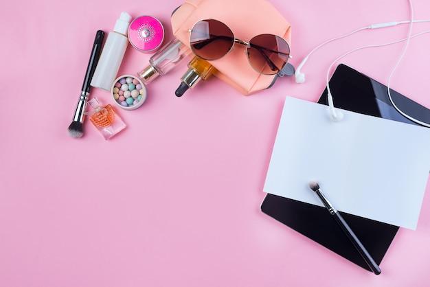 Maquette de cosmétiques femme, écouteurs et lunettes