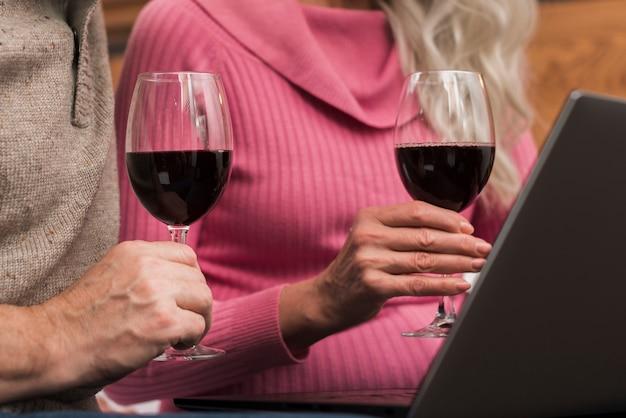 Maquette couple de personnes âgées buvant du vin