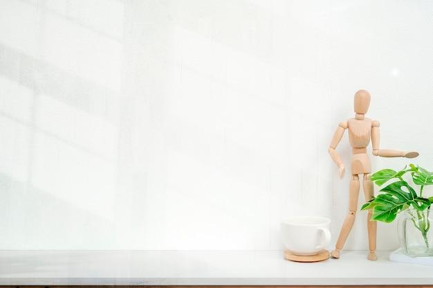 Maquette décor à la maison moderne avec tasse, mannequin, plante d'intérieur