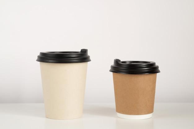 Maquette de deux tasses à café sur fond blanc