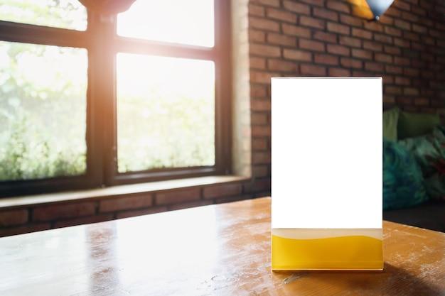 Maquette du cadre de menu étiquette blanche sur table