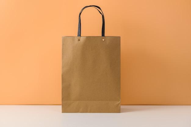 Maquette d'emballage artisanal vierge ou sac à provisions en papier brun avec poignées