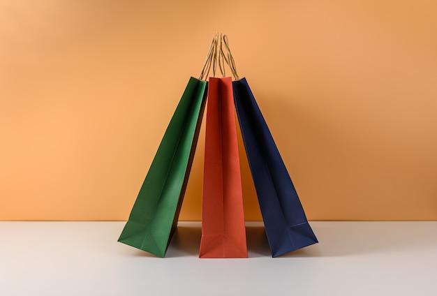 Maquette d'emballage artisanal vierge ou sac à provisions en papier coloré avec poignées