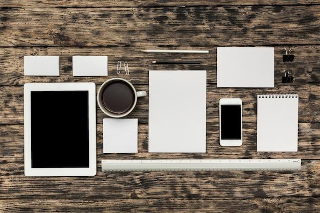 Maquette d'entreprise avec des gadgets et des fournitures de bureau