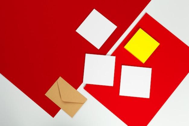 Maquette et enveloppe de cartes blanches vierges, vue de dessus