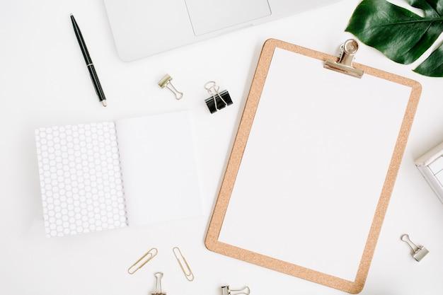 Maquette d'espace de travail de bureau à domicile avec ordinateur portable, presse-papiers, feuille de palmier, ordinateur portable et accessoires