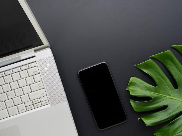 Maquette de l'espace de travail avec ordinateur portable, smartphone.