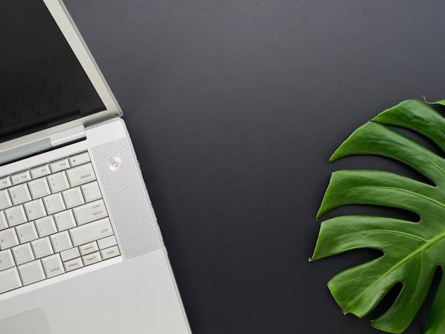 Maquette de l'espace de travail avec ordinateur portable