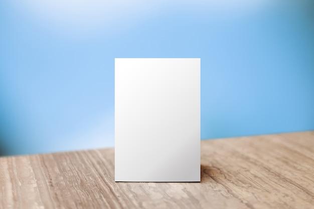 Maquette étiqueter le cadre de menu vide dans le restaurant bar. support pour livret avec feuille de papier blanc carte de tente acrylique