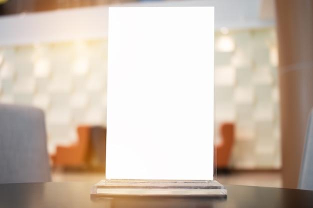 Maquette étiquette blanche pour cadre de menu vide dans bar restaurant café