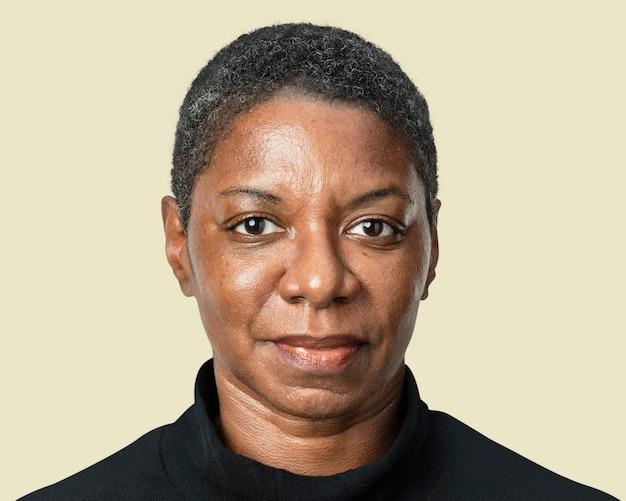 Maquette de femme afro-américaine psd en tee-shirt noir à manches longues portr