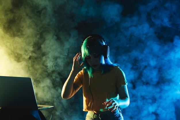 Maquette femme mixant en club