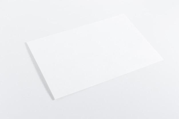 Maquette de feuille vide sur fond blanc