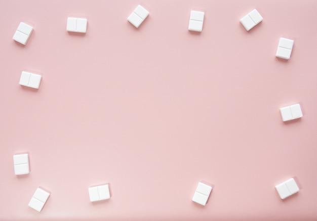 Maquette de fond rose mignonne avec des bonbons