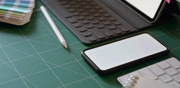 Maquette de fournitures de bureau sur l'espace de travail de designer