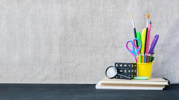 Maquette de fournitures scolaires avec fond