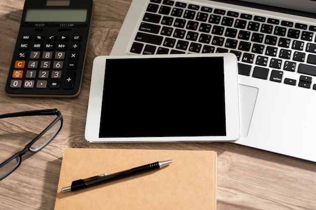 Maquette de l'homme d'affaires à l'aide d'un écran d'ordinateur portable de communication pour votre message texte publicitaire café sur l'espace de copie de table
