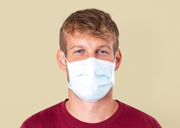 Maquette d'homme européen psd portant un masque facial dans la nouvelle normalité