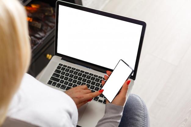 Maquette image de femme d'affaires à l'aide et en tapant sur un ordinateur portable
