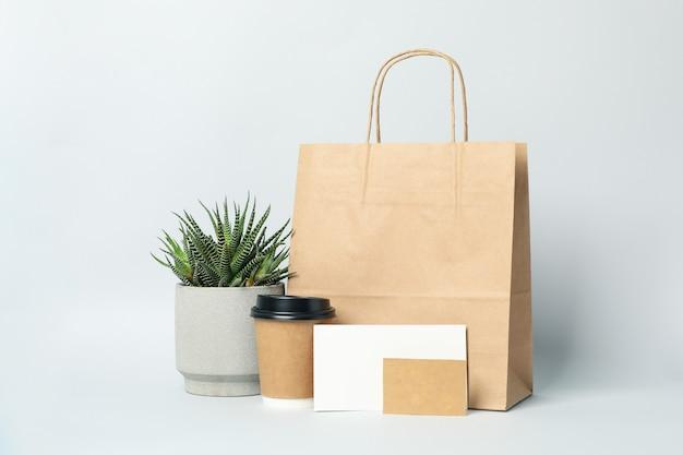 Maquette de livraison de nourriture sur fond gris clair, espace pour le texte