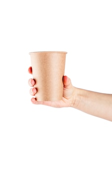 Maquette de main de femme tenant une tasse de papier café isolé sur une surface blanche.