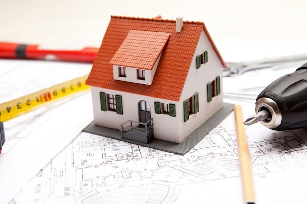 Maquette de maison avec outils