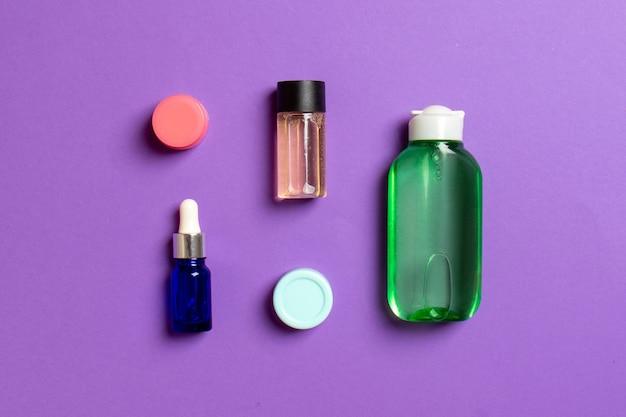 Maquette de marque cosmetics spa, vue de dessus avec espace de copie. ensemble de tubes et de pots de crème à plat sur fond coloré.