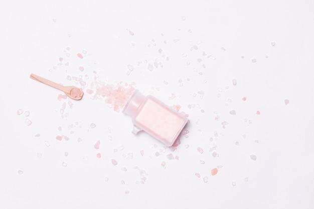 Maquette de marque cosmétique spa, vue de dessus, sur fond blanc.