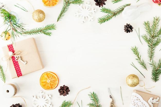 Maquette de marque élégante pour afficher vos œuvres d'art. de jolis cadeaux de noël vintage pour le nouvel an se moquent sur un fond en bois. vue de dessus à plat.
