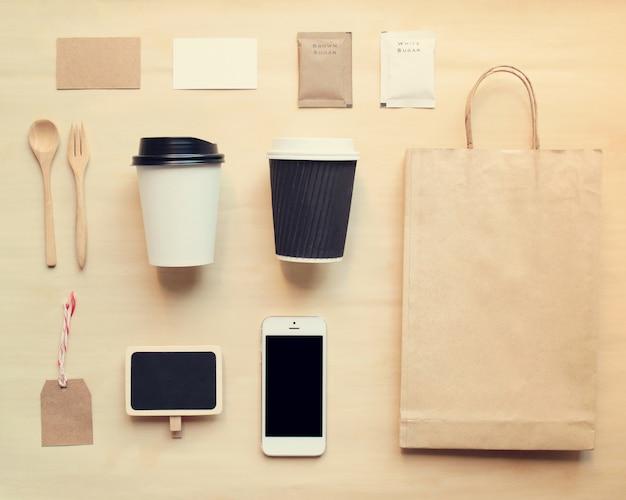 Maquette de marque de l'identité du café définie à partir de la vue de dessus avec effet filtre rétro