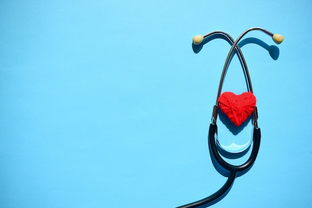 Maquette médicale avec stéthoscope, coeur rouge