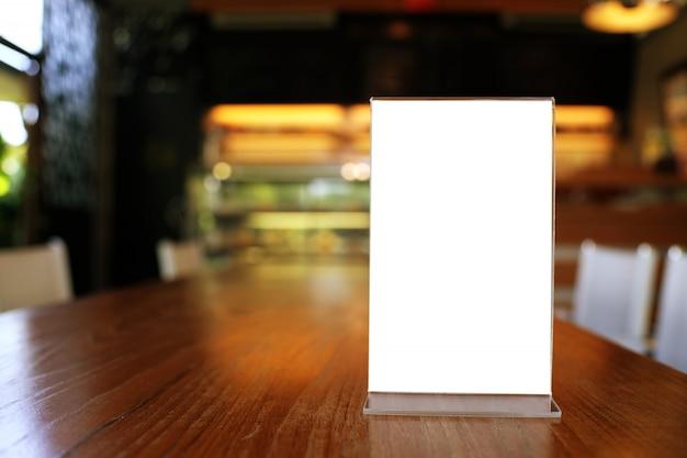 Maquette menu cadre debout sur une table en bois dans bar restaurant café