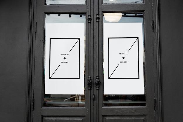 Maquette minimale d'affiche blanche sur une vieille porte